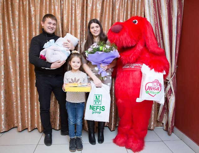 Алина и Павел Сычуговы с дочерью Ульяной и маленьким Георгием.