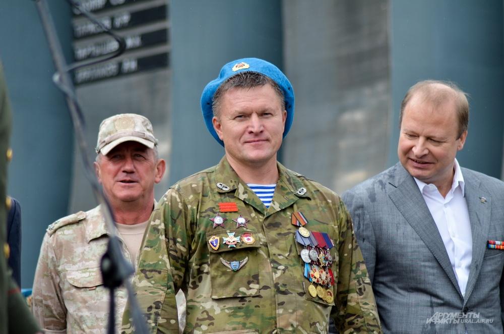 Даже руководитель свердловского исполкома «Единой России» позавидовал награде десантника.