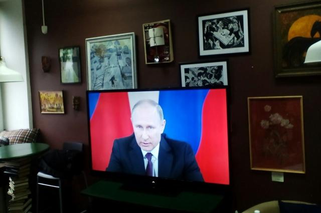 Трансляцию заседания кировские журналисты могли видеть с экрана.