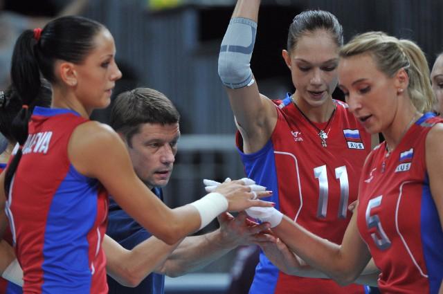 Главный тренер сборной России по волейболу Сергей Овчинников и Екатерина Гамова (2-я справа) на ОИ в Лондоне.