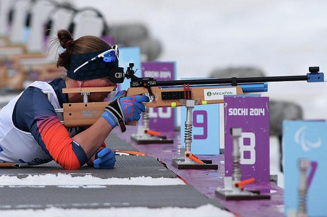 Анна Миленина на огневом рубеже гонки на короткой дистанции в классе LW 2-9 (стоя) среди женщин в соревнованиях по биатлону на XI Паралимпийских зимних играх в Сочи
