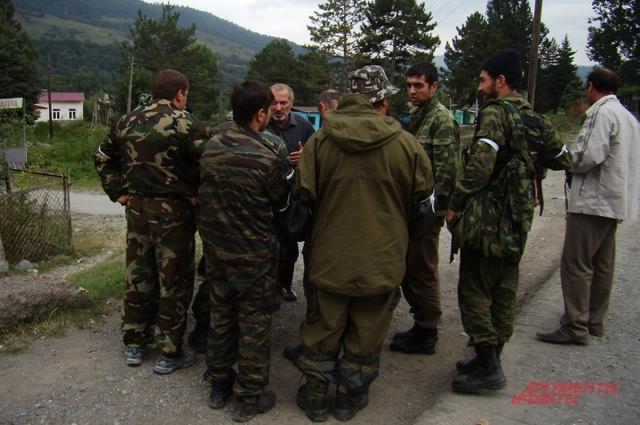 Виталий Калоев среди ополченцев. 9 августа 2008 г.