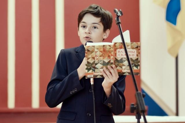 Саша не боится выступать на публике, пишет стихи и сам их читает.