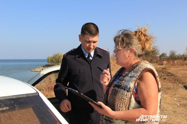 Полицейский Алексей Степанюк составляет протокол о несанкционированной свалке.