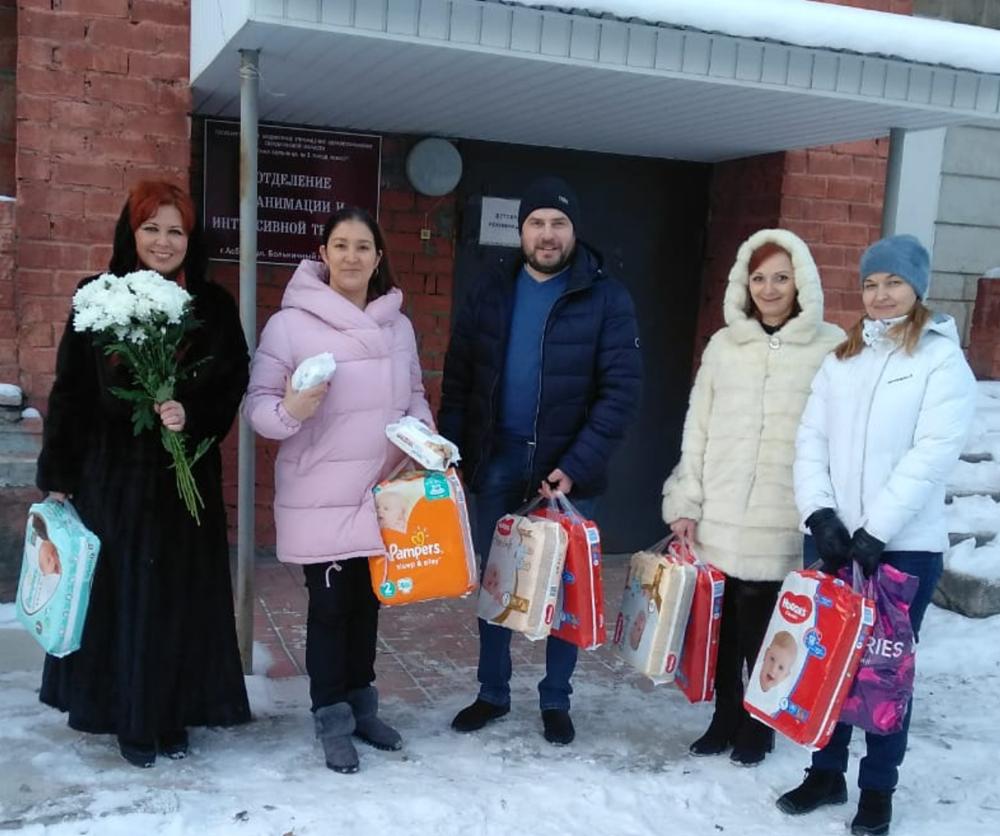 Сотрудники банка купили памперсы и салфетки для новорождённых отказников и передали в больницу.