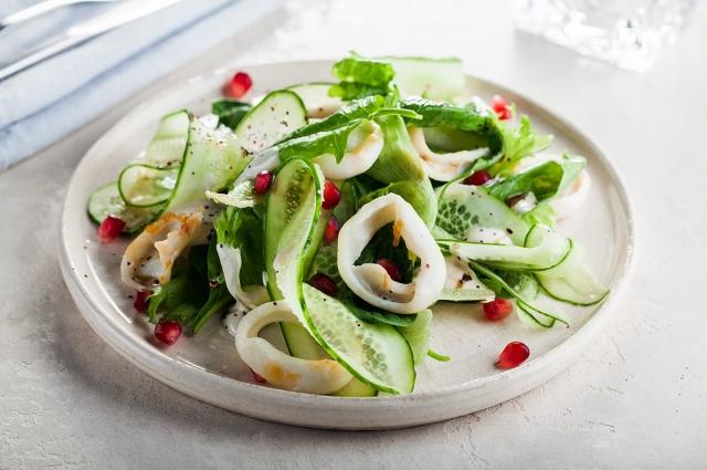 Теплый кальмар с зеленым салатом