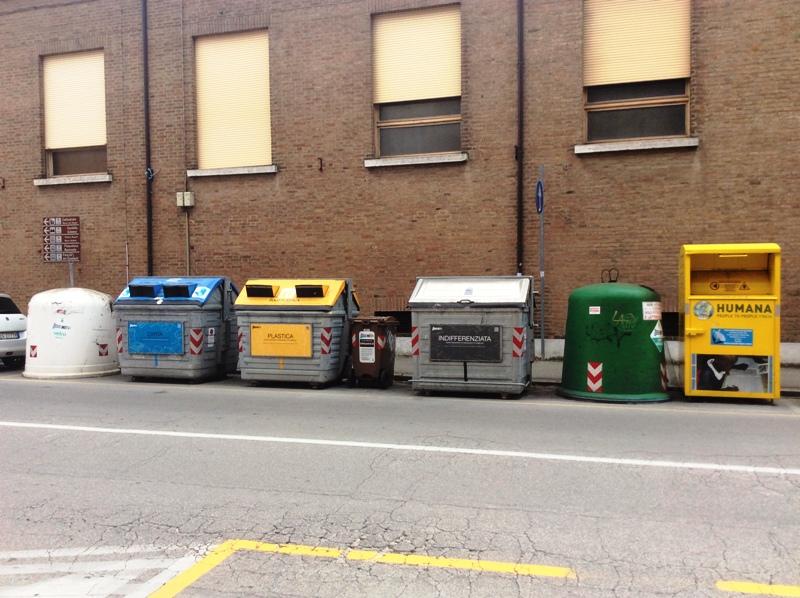 Контейнеры для раздельного сбора мусора в итальянской Ферраре.