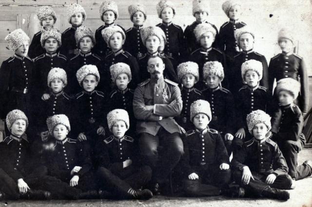 Офицер-воспитатель Сибирского кадетского корпуса Подкорытов Аполлон Аполлонович с кадетами. г. Омск, 1908-1915 гг.