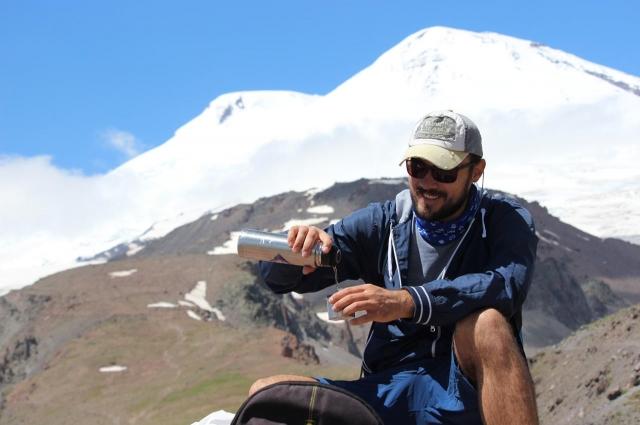 Вячеслав много путешествует, увлекается серфингом и сноубордингом, ходит в горы и занимается альпинизмом.