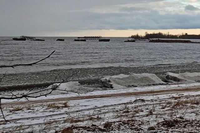Здесь находилась база заправки подводных лодок, и никто не проводил расчистку местности.