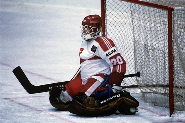 Чемпионат мира и Европы по хоккею с шайбой. Евгений Белошейкин, вратарь сборной команды СССР, во время матча. 1986 год.