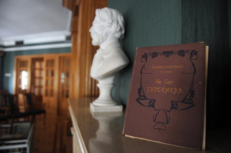 В читальном зале библиотеки-читальни им. И.С. Тургенева. 2013 год