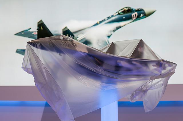 Модели российских истребителей Су-35 на авиасалоне в Фарнборо-2014