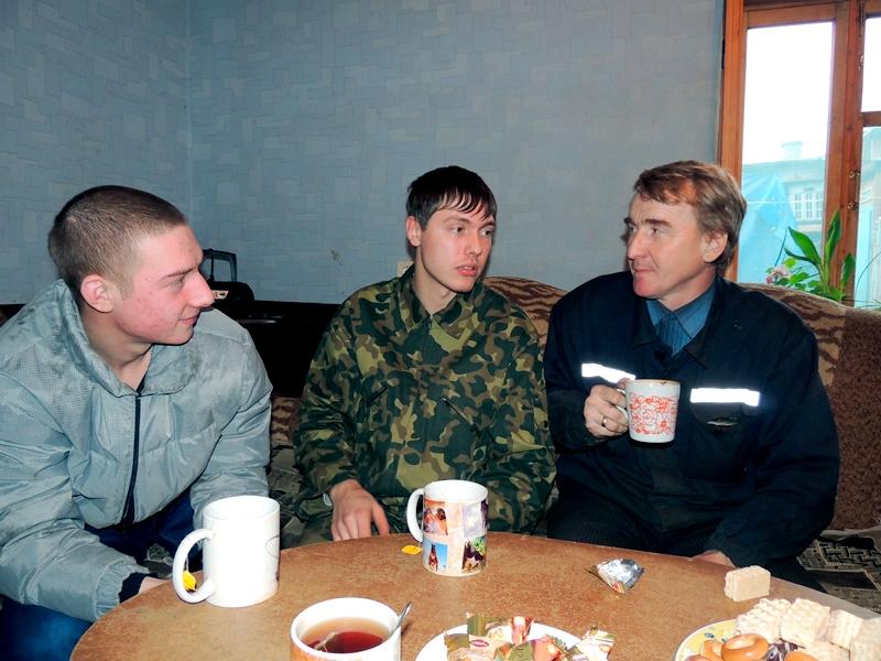 Михаил, Артем и Игорь за чашкой чая