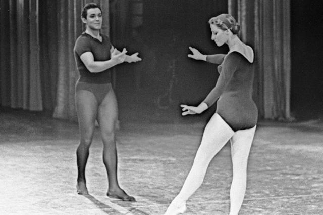 Народные артисты СССР Николай Фадеечев и Майя Плисецкая (справа) выступают во время гастролей балета Государственного академического Большого театра СССР в США. 1962 год