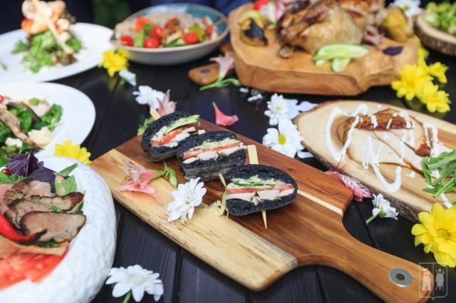 На многих площадках проходили мастер-классы по приготовлению блюд из индейки и там же по купонам их выдавали.