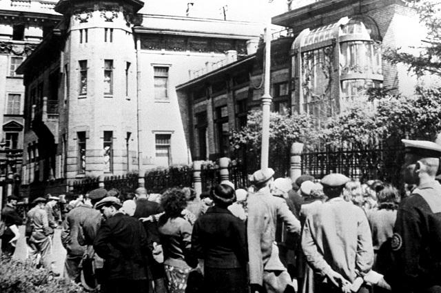 Великая отечественная война 1941-1945 годов. Трудящиеся Ленинграда слушают сообщение о нападении фашистской Германии на Советский Союз.