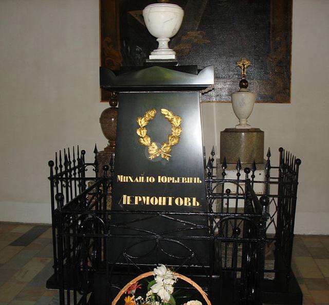 Надгробный памятник на могиле М. Ю. Лермонтова в Тарханах.