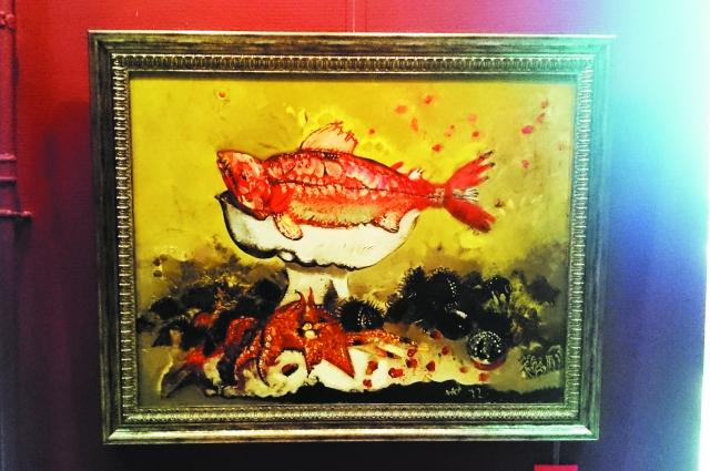 «Красная рыба»на фоне других обитателей моря.
