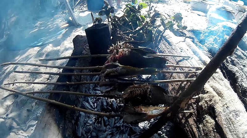 Россияне запекали улов на углях и варили уху в котелке из масляного фильтра.