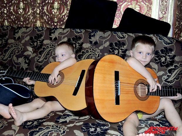 И дома дети не расстаются с гитарой