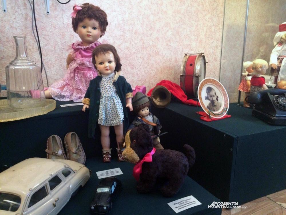 Кукла Таня в центре.