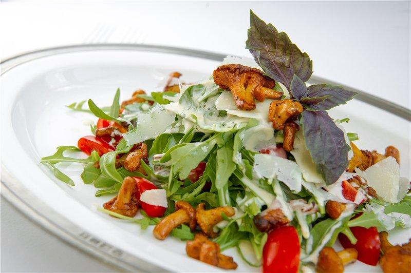 Салат с лисичками и соусом из горгонзолы