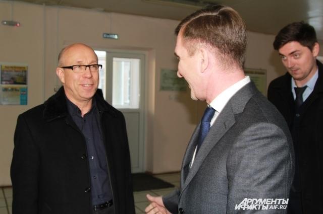 Первый замгубернатора Игорь Гуськов тепло пообщался с Виктором Макаренко.