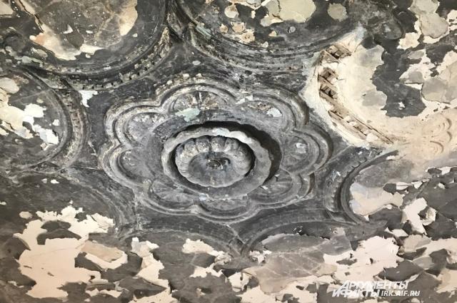 Этой лепнине уже более 120 лет.