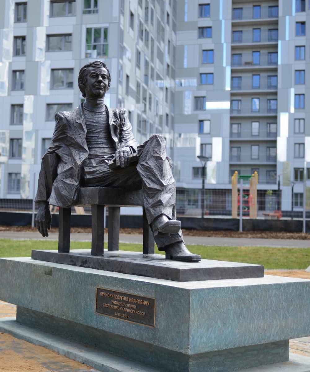 Памятник Георгию Буркову установили в центре Перми в парке строящегося жилого комплекса «Гулливер».