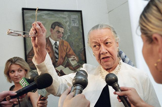 Дочь Владимира Маяковского, профессор Нью-Йоркского университета Патриция Томпсон на выставке, посвященной 110-й годовщине со дня рождения ее отца. 2003 г.