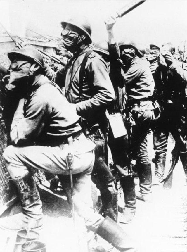 Шампань, 1916 г. Русские солдаты в газовых масках.