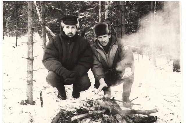 Александр Богданов вместе с коллегой на месте преступления возле кострища