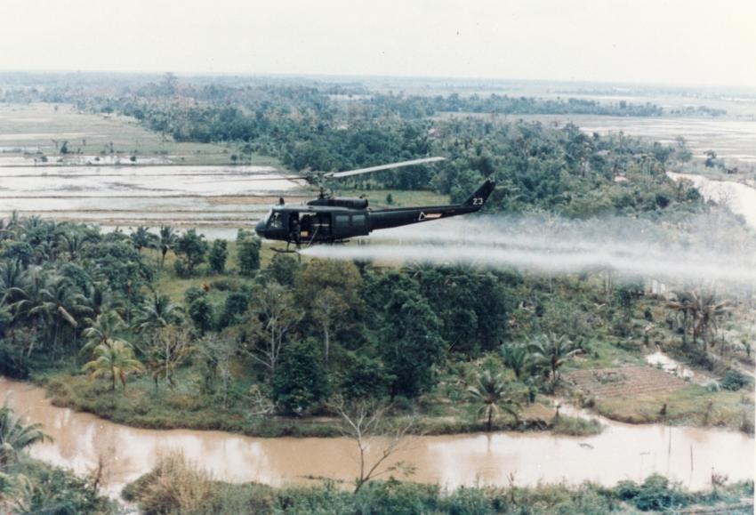 Американский вертолет распыляет Агент Оранж во время Вьетнамской войны.
