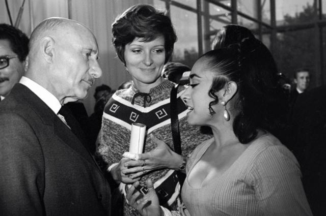Мексиканская актриса Соня Амелис беседует с режиссёрами Сергеем Герасимовым и Ларисой Шепитько. Неделя мексиканского кино 27 сентября 4 октября, 1972 год. Москва