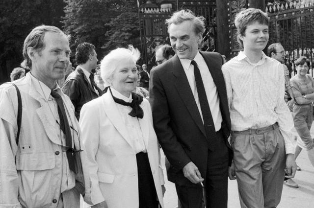 Слева направо: актёр Владимир Гостюхин, мать режиссёра Ларисы Шепитько, первый секретарь правления кинематографистов СССР Элем Климов и его сын