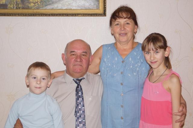 Дед-генерал и бабушка-старший прапорщик Солохины с любовью воспитывают внука и внучку.