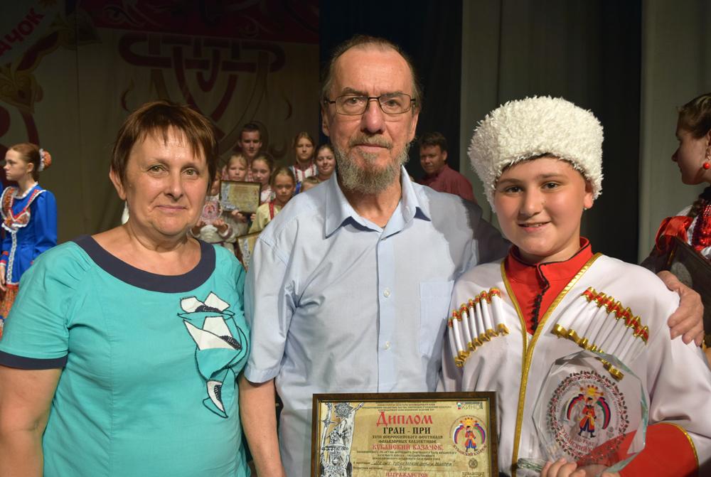 Артем Мокров с Виктором Захарченко и бабушкой после победы на фестивале «Кубанский казачок».