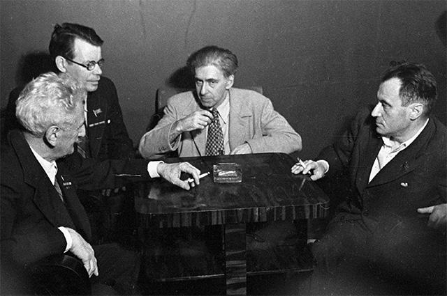 Писатели (слева направо): Шалва Дадиани, Михаил Исаковский, Илья Эренбург и Валентин Катаев. 1950 год.