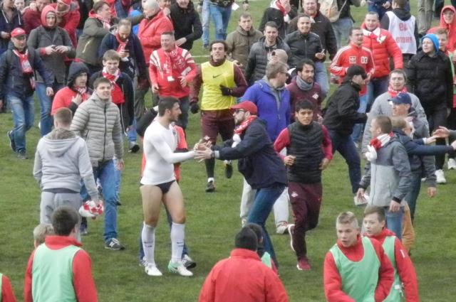 Выбежавшим на поле фанатам Сальваторе Боккетти отдал почти всю свою форму.