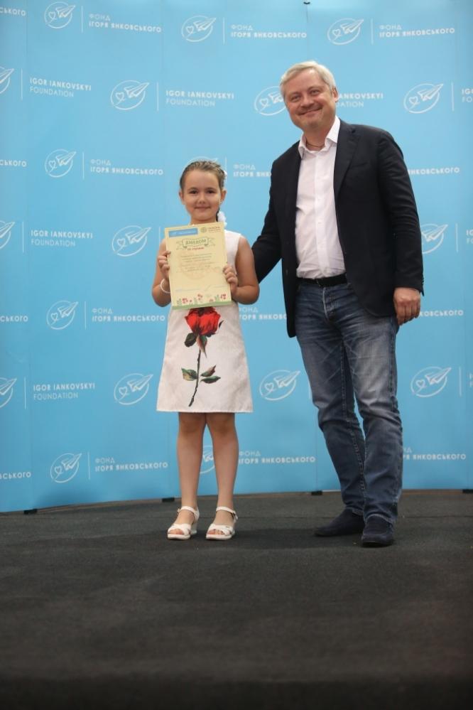 Игорь Янковский и победительница V-го Всеукраинского конкурса детского рисунка Анастасия Старовойт;