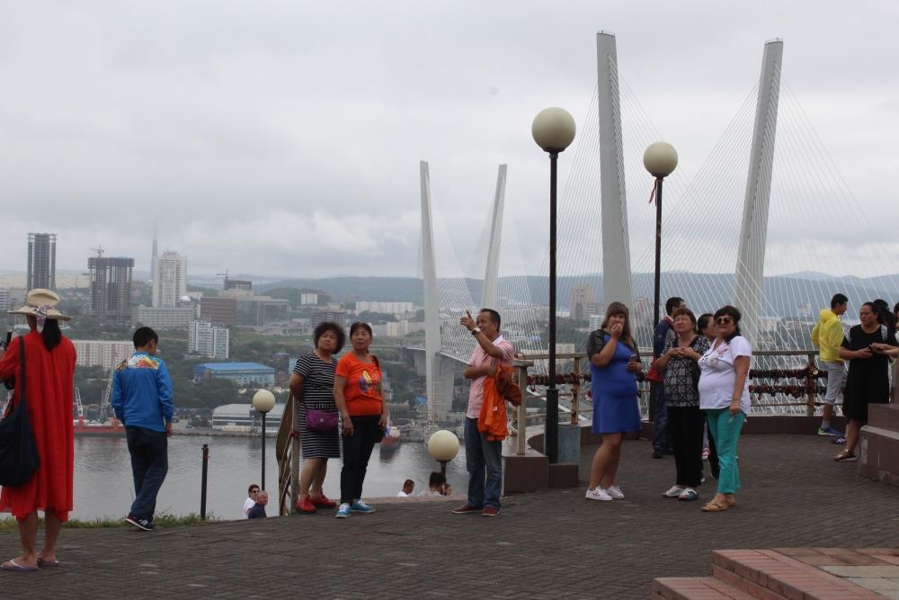 За работой художника наблюдали горожане и туристы.