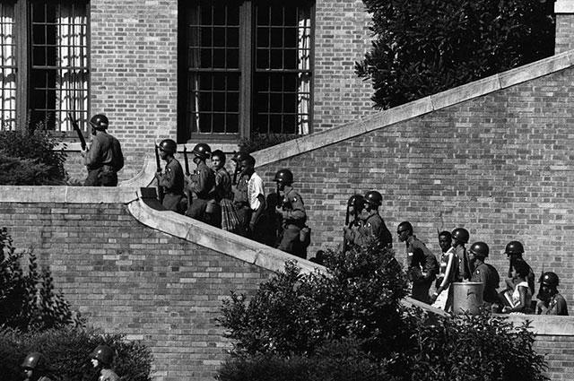 Солдаты 101-й воздушно-десантной дивизии сопровождают «девятку из Литл-Рока» на занятия в школу.