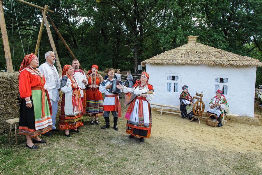 Волонтёры возвели избу из подручных материалов и пригласили ансамбль народной песни.