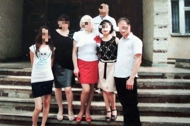 Дмитрий и Наталья (крайние справа) на фоне краснодарского общежития, в котором они жили.
