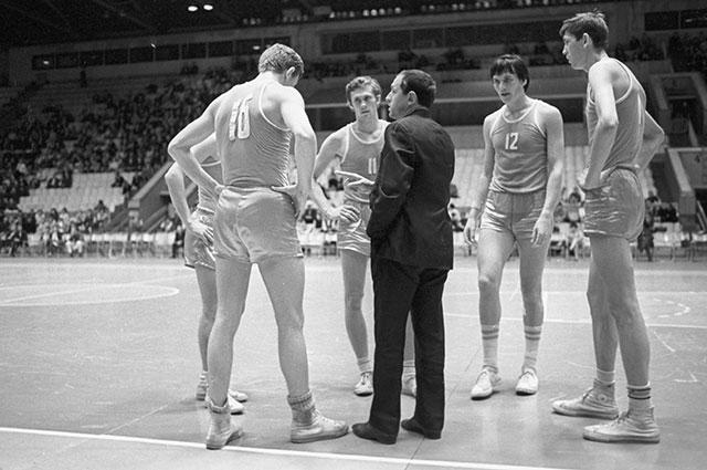 Владимир Кондрашин с игроками сборной СССР. Международный турнир по баскетболу, 1970 г.