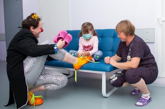 Представление проходит успешнее, если клоунам помогают родители маленьких пациентов.
