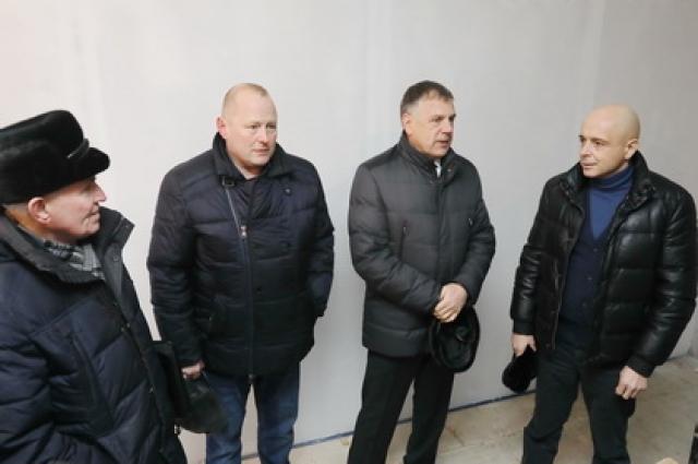 Депутаты Заксобрания побывали в деревнях, где возводят фельдшерско-акушерские пункты, пообщались с подрядчиками, представителями минстроя области, главами муниципалитетов и медиками.