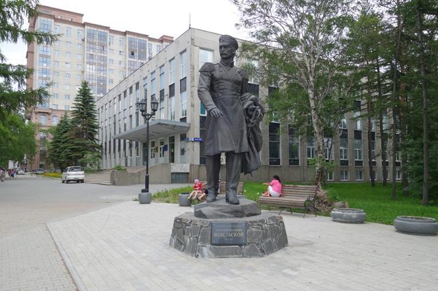 Памятник Г. И. Невельскому в Южно-Сахалинске.
