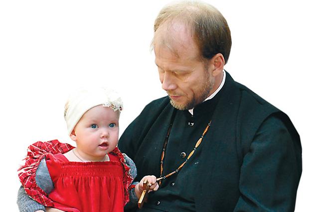 Отец Алексей Пшеничников с младшей дочкой